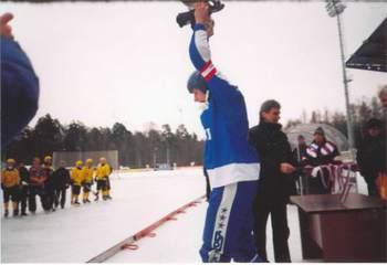 А. Котельников с Кубком за победу в первой лиге (март 2005)