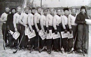 «Локомотив» в 1953-м на Кубке Иркутской области. 5-й слева — Василий Донской, 6-й слева — Николай Джурук