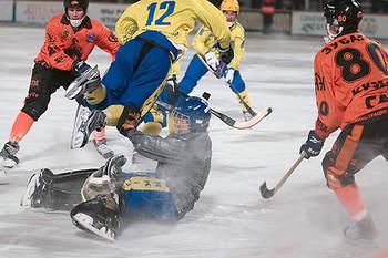 """Летать по полю удавалось обеим командам, но фартовее оказался """"Кузбасс""""."""